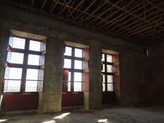 Château - Deutsch: Château de Bouteville, der große Saal im Obergeschoss des Palas; Teilrenovierungen (Fenster) im Gange.