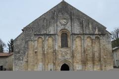 Eglise Saint-Nicolas - Deutsch: Ehemalige Abteikirche Saint-Nicolas in Cellefrouin im Département Charente (Nouvelle-Aquitaine/Frankreich), Westfassade