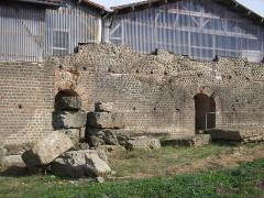 Restes d'un amphithéâtre - Français:   Cassinomagus, commune de Chassenon, Charente, France S-O. Façade ouest de l\'ensemble thermal: caldarium à gauche et sudatio à droite (voir plan dans Hourcade et al. 2011, \