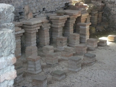 Vestiges de la villa gallo-romaine de Cassinomagus - Français:   Cassinomagus, commune de Chassenon, Charente, France S-O. Sur la 2e pile de gauche contre le mur est posé un gros fragment de tubulus qui a servi à transporter de l\'air chaud - soit pour le répartir, soit pour l\'évacuer. (Ce tubulus ne porte pas de traces noires de fumée à l\'intérieur, il n\'a donc pas servi à évacuer les fumées d\'un four.) Thermes classés MH.