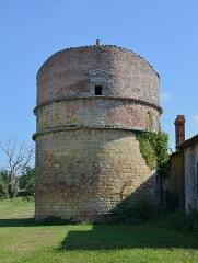 Château Chesnel - Français:   Pigeonnier (fuie) du XVIe siècle, Château Chesnel, Cherves-Richemont, Charente, France.