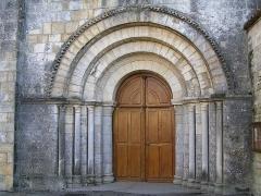 Eglise Saint-Vivien - Français:   porche de l\'église Saint-Vivien de Cherves à Cherves-Richemont