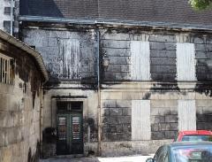 Château de François-Ier - Français:   Moisissure noire sur les murs des chais d\'Otard à Cognac (Charente, Poitou-Charentes, France). Le phénomène est du au développement du champignon Baudoinia compniacencis sur les matériaux imbibés de vapeur d\'alcool («part des anges»).