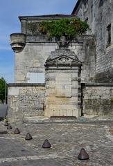 Château de François-Ier - Français:   Fontaine François Ier et balcon, château de Cognac, Charente, France.