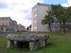 Dolmen de Séchebec -  Dolmen de la cité du dolmen à Cognac, Charente, France