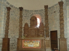 Eglise Saint-Etienne - Français:   église d\'Esse, Charente, France; autel et colonnes sculptés en bois; dorures