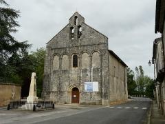 Eglise Saint-Pierre - Français:   Le monument aux morts et l\'église Saint-Pierre, Feuillade, Charente, France