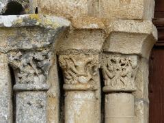 Eglise Saint-Pierre - Français:   Les chapiteaux à gauche du portail d\'entrée, église Saint-Pierre, Feuillade, Charente, France