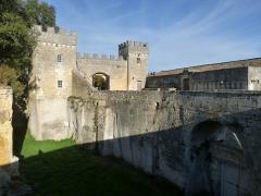 Château de la Tranchade - Français:   Château de la Tranchade, Garat, Charente, France. Portail d\'entrée et douve vus du sud-ouest