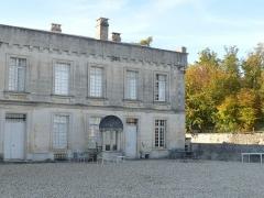 Château de la Tranchade - Français:   Château de la Tranchade, Garat, Charente, France. Aile nord et puits
