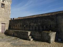 Château de la Tranchade - Français:   Château de la Tranchade, Garat, Charente, France. Abreuvoir près du portail d\'entrée