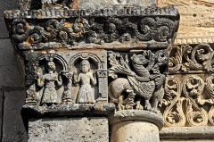 Eglise Saint-Martin - Deutsch: Genzac-la-Pallue, Kapitell u. Kapitellband, linkes Scheinportal, limks