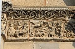 Eglise Saint-Martin - Deutsch: Genzac-la-Pallue, Kapitellband im linken Scheinportal