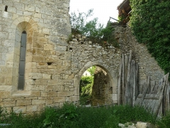 Eglise Saint-Jean Baptiste - English: old arch behind the church of Le Grand-Madieu, Charente, SW France