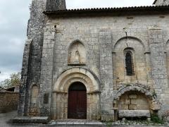 Eglise Saint-Martin - Français:   Le portail sud-ouest et, sur sa droite, un enfeu, église Saint-Martin, Marthon, Charente, France