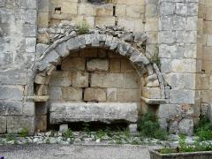 Eglise Saint-Martin - Français:   Un enfeu à côté du portail sud-ouest de l\'église Saint-Martin, Marthon, Charente, France