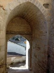 Château - Français:   Escalier d\'accès et porte, Donjon de Montignac, Charente, France