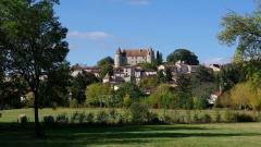 Château -  Le château surplombant le village et la vallée de la Tude, à Montmoreau, Charente, France.