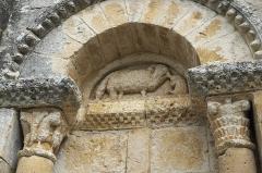 Eglise Saint-Martial - Deutsch:   Katholische Pfarrkirche Saint-Martial in Mouton im Département Charente (Nouvelle-Aquitaine/Frankreich), Blendportal, Tympanon