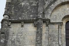 Eglise Saint-Martial - Deutsch:   Katholische Pfarrkirche Saint-Martial in Mouton im Département Charente (Nouvelle-Aquitaine/Frankreich), Kragsteine an der Fassade