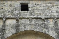 Eglise Saint-Martial - Deutsch:   Katholische Pfarrkirche Saint-Martial in Mouton im Département Charente (Nouvelle-Aquitaine/Frankreich), Kragsteine am Langhaus