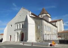 Eglise Saint-Pierre - English: Reignac, Église Saint-Pierre, seen from the southwest