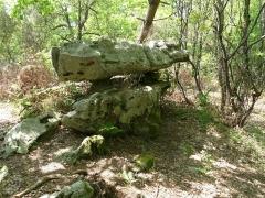 Dolmen dit de Garde Epée - Français:   Rocher de la Vache près du dolmen de Garde-Epée, St-Brice, Charente, France
