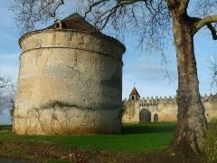 Logis de Gardépée - English: dovecote tower at the entrance of castle of Garde-Epée, St-Brice, Charente, SW France