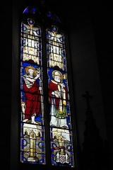 Eglise Saint-Claud - Deutsch: Katholische Kirche Saint-Claud in Saint-Claud im Département Charente (Nouvelle-Aquitaine/Frankreich), Bleiglasfenster mit der Signatur Émile Thibaud; Darstellung: Johannes der Täufer, Bischof?