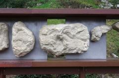 Gisement préhistorique - Français:   Site préhistorique du Roc de Sers, commune de Sers, Charente, France. A gauche sculpture d\'un bison (découverte 1929) - à droite: affrontement de 2 bouquetins, tête d\'une femelle, anneau - petit fragment montrant un renne (découverte 1928). Reproduction de sculptures découvertes en 1928 et 1929 conservée au musée d\'Archéologie nationale et domaine national de Saint-Germain-en-Laye.
