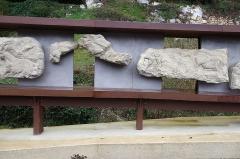 Gisement préhistorique - Français:   Site préhistorique du Roc de Sers, commune de Sers, Charente, France. A gauche: partie droite de l\'affrontement des deux bouquetins File:Roc-de-Sers 07.jpg - au milieu 2 fragments de sculptures de rennes. La grande frise à droite montre deux figures humains et des animaux (Voir File:Roc-de-Sers 12-homme.jpg et File:Roc-de-Sers 15 homme.jpg). Reproductions de sculptures conservée au musée d\'Archéologie nationale et domaine national de Saint-Germain-en-Laye - découvertes 1927 à 1929.