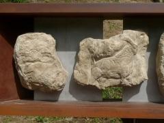 Gisement préhistorique - Français:   Reproduction de la frise (morceaux 1 et 2), Roc de Sers, Charente, France. Bouquetins et bisons.
