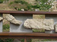 Gisement préhistorique - Français:   Reproduction de la frise (morceaux 6 et 7), Roc de Sers, Charente, France. A gauche: renne; à droite: bison, cheval, homme