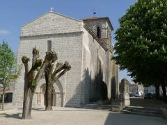 Eglise Saint-Martin - Français:   Eglise de Sigogne, Charente, France; ancienne pompe à eau à droite