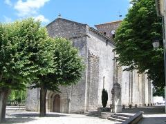 Eglise Saint-Martin - Français:   pompe sur puits devant l\'église de Sigogne, Charente, France