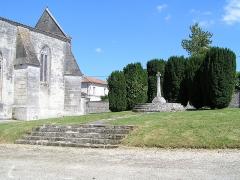 Eglise Saint-Palais - Français:   église et monument aux morts de Verrières, Charente, France