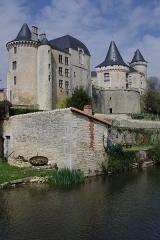 Château -  Le Château de Verteuil, vu du sud-est, et la Charente. Verteuil, Charente, France.