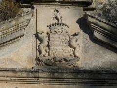 Château - Français:   Ecusson sur le portail d\'entrée du château de Vouzan, Charente, France