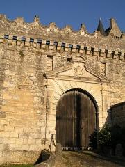 Château - Français:   l\'entrée du château du vieux bourg de Vouzan, Charente, France