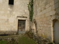 Ancienne abbaye de Fontaine Vive, ou de Grosbot - Français:   Abbaye de Grosbot (Charras, Charente, France). Cloître. Passage du croisillon nord au cloître