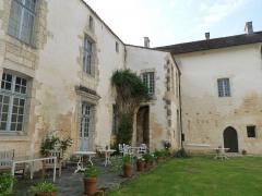 Ancienne abbaye de Fontaine Vive, ou de Grosbot - Français:   Abbaye de Grosbot (Charras, Charente, France). Cloître. Ailes nord et ouest