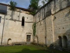 Ancienne abbaye de Fontaine Vive, ou de Grosbot - Français:   Abbaye de Grosbot (Charras, Charente, France). Cloître. Eglise et croisillon nord