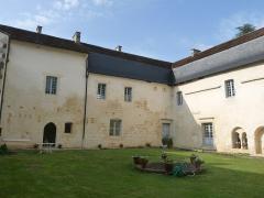 Ancienne abbaye de Fontaine Vive, ou de Grosbot - Français:   Abbaye de Grosbot (Charras, Charente, France). Cloître. Ailes nord et est