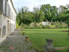 Ancienne abbaye de Fontaine Vive, ou de Grosbot - Français:   Abbaye de Grosbot (Charras, Charente, France). Aile ouest, jardin frontal et portail (vers l\'ancien chemin de Rougnac)