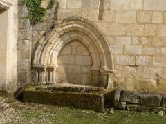 Ancienne abbaye de Fontaine Vive, ou de Grosbot - Français:   Abbaye de Grosbot (Charras, Charente, France). Cloître, mur de l\'église