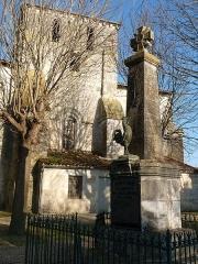 Eglise Saint-Fortunat - Français:   monument aux mort devant l\'église de St-Fort-sur-le-Né, Charente, France