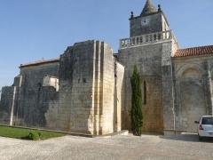 Eglise Saint-Maxime - Français:   Eglise de Saint-Même-les-Carrières (16), France; vestiges d\'un probable  prieuré attenant