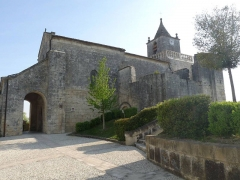 Eglise Saint-Maxime - Français:   Entrée de l\'église de Saint-Même-les-Carrières (16), France