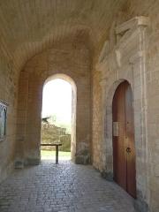 Eglise Saint-Maxime - Français:   Entrée de l\'église Saint-Même-les-Carrières (16), France