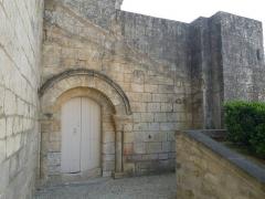 Eglise Saint-Maxime - Français:   Eglise de Saint-Même-les-Carrières (16), France; vestiges de l\'ancien prieuré possible attenant